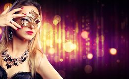 Aantrekkelijk Modelwoman wearing carnival-Masker stock foto