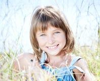 Aantrekkelijk mooi jong meisje met pop Stock Afbeelding