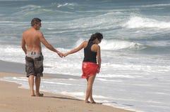 Aantrekkelijk mooi paar op het strand Stock Afbeelding