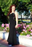 Aantrekkelijk opgedirkt meisje in een tuin royalty-vrije stock fotografie