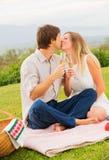Aantrekkelijk paar bij het romantische middagpicknick kussen Stock Foto