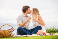 Aantrekkelijk paar bij het romantische middagpicknick kussen Royalty-vrije Stock Afbeelding