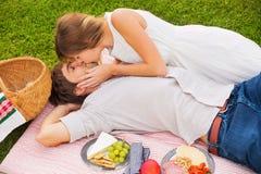 Aantrekkelijk paar bij het romantische middagpicknick kussen Royalty-vrije Stock Foto