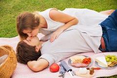 Aantrekkelijk paar bij het romantische middagpicknick kussen Stock Foto's