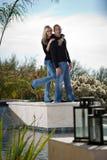 Aantrekkelijk Paar dat zich door de pool bevindt Royalty-vrije Stock Afbeeldingen