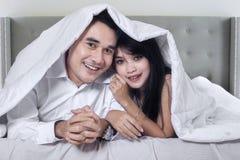 Aantrekkelijk paar in de hotelslaapkamer royalty-vrije stock afbeeldingen