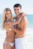 Aantrekkelijk paar die en bij camera koesteren glimlachen Royalty-vrije Stock Fotografie