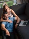 Aantrekkelijk Paar die Laptop op laag met behulp van stock fotografie