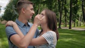 Aantrekkelijk Paar die Ogenblik van Tederheid hebben stock footage