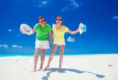 Aantrekkelijk paar die van zonnige dag genieten bij het Largo strand van Cayo, Cuba Royalty-vrije Stock Afbeelding