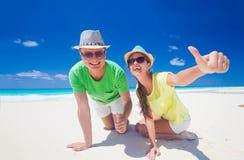 Aantrekkelijk paar die van zonnige dag genieten bij het Largo strand van Cayo, Cuba Stock Afbeeldingen