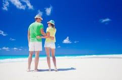 Aantrekkelijk paar die van zonnige dag genieten bij het Largo strand van Cayo, Cuba Stock Foto