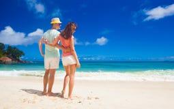 Aantrekkelijk paar die van zonnige dag genieten in Maia Beach Mahe, Seychellen Royalty-vrije Stock Fotografie
