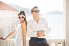 Aantrekkelijk paar die verbazende overzeese mening bekijken Het genieten van van zon en zonnig weer en ademhaling in verse oceaan stock afbeelding