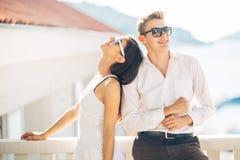 Aantrekkelijk paar die verbazende overzeese mening bekijken Het genieten van van zon en zonnig weer en ademhaling in verse oceaan stock foto's