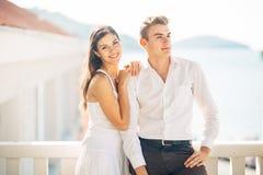Aantrekkelijk paar die verbazende overzeese mening bekijken Het genieten van van zon en zonnig weer en ademhaling in verse oceaan royalty-vrije stock afbeelding