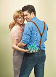 Aantrekkelijk paar met giften voor de dag van de valentijnskaart Royalty-vrije Stock Fotografie