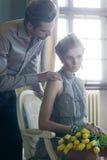 Aantrekkelijk paar in modieuze binnenlands met tulpen Royalty-vrije Stock Afbeelding