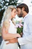 Aantrekkelijk paar ongeveer aan kus elkaar Stock Fotografie