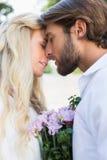 Aantrekkelijk paar ongeveer aan kus elkaar Stock Foto