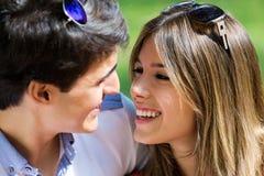 Aantrekkelijk paar op romantische picknick in platteland Royalty-vrije Stock Foto's