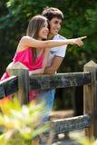 Aantrekkelijk paar in platteland Stock Foto