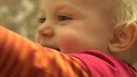 Aantrekkelijk Pasgeboren Babymeisje die en Pret hebben lachen close-up 4K UltraHD, UHD stock video