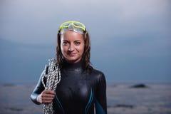 Aantrekkelijk portret van vrolijke jonge duikervrouw royalty-vrije stock foto