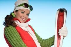 Aantrekkelijk sportief meisje dat rode skis houdt Stock Afbeeldingen