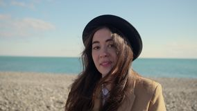 Aantrekkelijk tienermeisje op een strand stock videobeelden