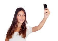 Aantrekkelijk toevallig meisje die een foto met mobiel haar nemen Stock Foto