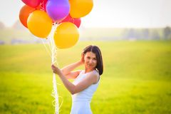 Aantrekkelijk vrolijk meisje met kleurenballons in openlucht Stock Fotografie