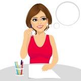 Aantrekkelijk vrouw het denken concept die een potlood houden vector illustratie
