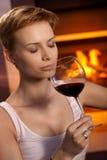 Aantrekkelijk vrouwen ruikend glas wijn stock afbeelding