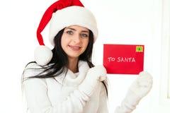 Aantrekkelijk vrouwenmeisje met santabrief Stock Afbeeldingen