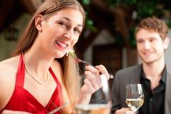 Aantrekkelijk Wijfje die Voedsel eten Stock Afbeelding