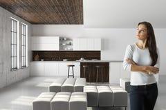 Aantrekkelijk wijfje in modern keukenbinnenland Royalty-vrije Stock Afbeelding