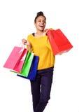 Aantrekkelijk zwarte die en het winkelen zakken glimlachen houden Royalty-vrije Stock Fotografie