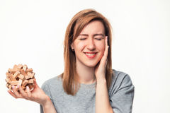Aantrekkelijke 24 éénjarigen bedrijfsvrouw kijken die die met houten raadsel wordt verward Royalty-vrije Stock Foto's