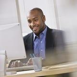 Aantrekkelijke Afrikaanse Amerikaan bij computer. Stock Foto's