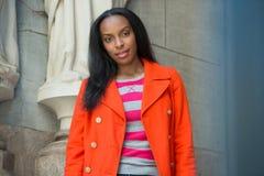 Aantrekkelijke Afrikaanse Amerikaanse student op universiteitscampus Royalty-vrije Stock Fotografie