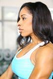 Aantrekkelijke Afrikaanse Amerikaanse Vrouw in Gymnastiek Stock Foto