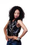 Aantrekkelijke Afrikaanse Amerikaanse Vrouw met Wapens Met de handen in de zij Vest en Jean Stock Foto's