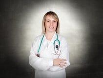 Aantrekkelijke arts met blauwe eenvormig royalty-vrije stock afbeeldingen