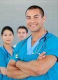 Aantrekkelijke arts met zijn team Stock Foto's