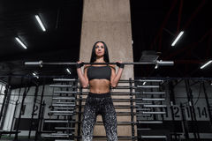 Aantrekkelijke, atletische meisjesrust na een harde training in de gymnastiek Stock Afbeelding