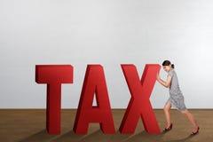 Aantrekkelijke Aziatische bedrijfsvrouw die rood Belastingswoord duwen stock foto's