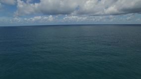 Aantrekkelijke Aziatische kust, groene bomen, van een helikopter stock videobeelden