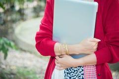 Aantrekkelijke Aziatische Vrouw die Laptop in het Park met behulp van stock foto