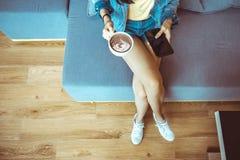 Aantrekkelijke Aziatische vrouw het drinken koffie Vrolijke meisje het drinken koffie of thee de hoogste mening stelt samen stock foto's